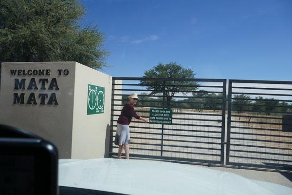 Ruth muss trotz der wilden Tiere das Tor öffnen.