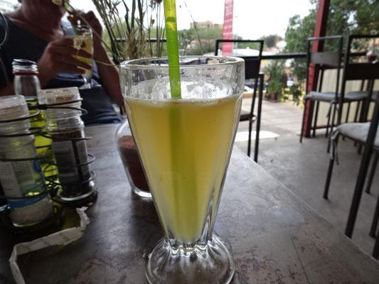 Zitronensaft mit Ingwer, bei der Wahnsinnshitze heute angebracht!