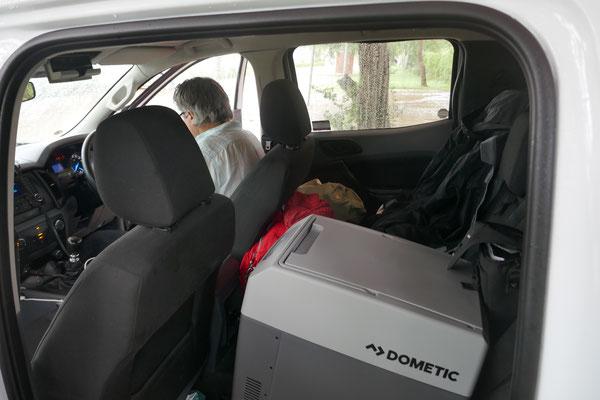 Los geht es wieder, auf dem Rücksitz unsere Kühltruhe