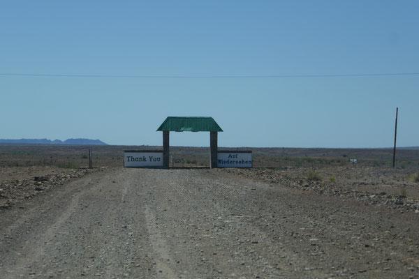 In dieser einsamen Gegend vermutet man wirklich kein Hotel. Ist ja auch nicht so offensichtlich zu erkennen! Ist nun mal Afrika!