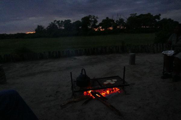 Vor Sonnenaufgang: geröstete Toastscheiben und Teewasser