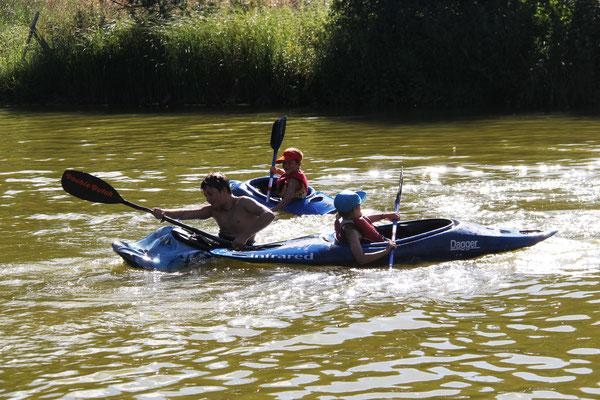 Bootsspiele im Teich daneben