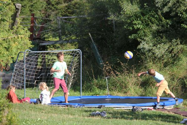 eine Kombination von Handball und Trampolinspringen