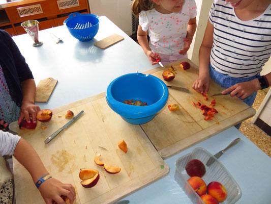 Pfirsiche werden für die Marmalade vorbereitet