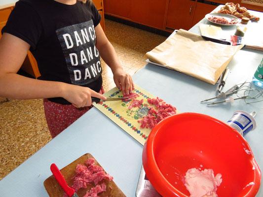 Tomaten schneiden für die Pfannkuchenpizza