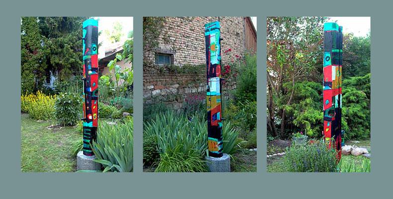"""""""Stele 1"""" bemalter (Acryl) Holz-Balken, 2004, Betonsockel, Höhe ca. 216 cm mit Sockel 190 cm ohne Sockel x 17 x 26 cm. Der Balken wurde aus einem bereits aufgeschichteten Holzstoß gerettet, der für ein Osterfeuer vorbereitet war - unverkäuflich"""