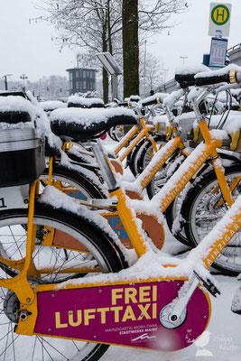 Schneebedeckte Fahrräder vor dem Mainzer Hauptbahnhof
