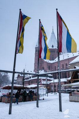Der Mainzer Dom und wehende Fassnachtsfahnen