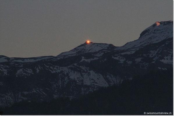 """Während des Whirlens entdecke ich einen """"Stern"""" auf dem Berg - die Sonne scheint noch in die Fenster des Piz Gloria auf dem Schilthorn."""