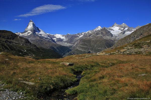 vorbei an rauschenden Bergbächen, immer mit Blick aufs Matterhorn und die umliegenden Berggipfel.