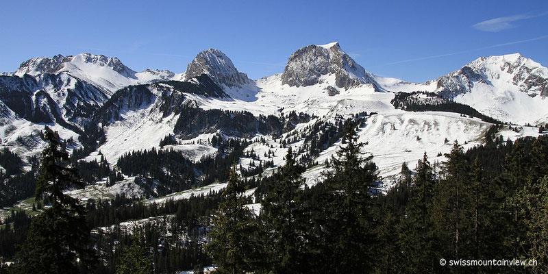 und direkt gegenüber auf die Nünenen (2101 m) und den Gantrisch (2175 m).