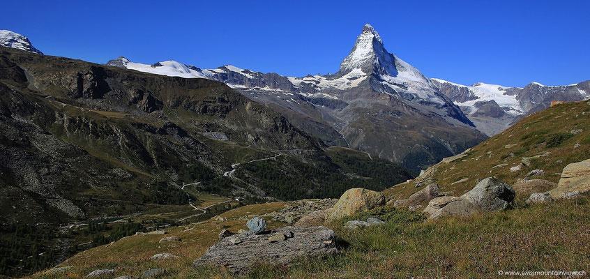 Der Blick zurück fällt immer wieder aufs Matterhorn.