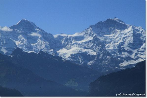 und auf das Dreigestirn. Zwischen Mönch und Jungfrau erkennt man das Jungfraujoch oder Top of Europe.