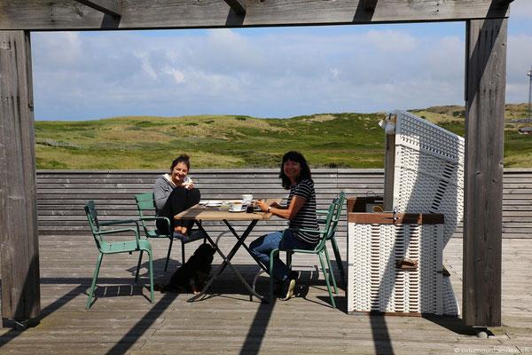 Auf der riesigen Terrasse geniessen wir ein ausgiebiges Frühstück