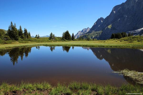 offenbart eine tolle Spiegelung der umliegenden Berggipfel.