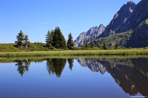 Wunderschön, wie die Engelshörner im See reflektieren.