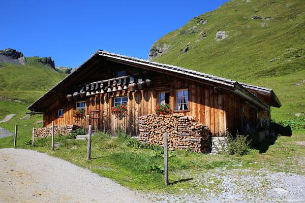 bevor ich dann bei dieser Alphütte hinauf zum Wanderweg steige.