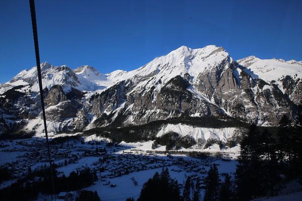 Es geht gegen Mittag, Kandersteg liegt teilweise noch im Schatten - dafür scheint hier am Nachmittag die Sonne.