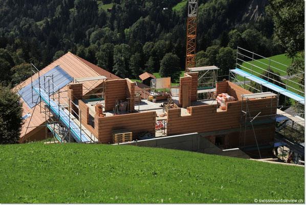 hinunter zu swissmountainview.ch. Blick auf Haus C, welches aktuell gebaut wird,