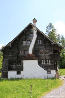 Haus mit Kamin.