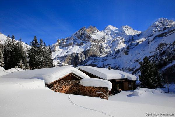 Wunderschön verschneit ist die Landschaft hier.