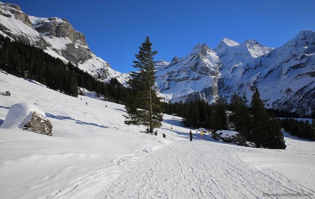Entlang der Skipisten führt der ebene Wanderweg Richtung Oeschinensee.