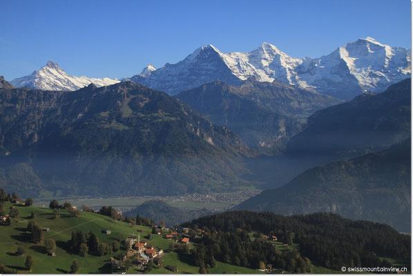 weiter hinten auf Wilderswil und das Dreigestirn Eiger, Mönch und Jungfrau.