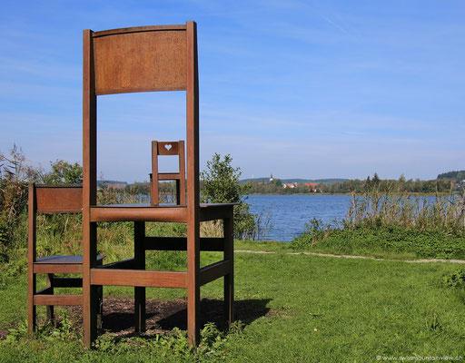 Kunst - Stühle mit Aussicht am Ilmensee