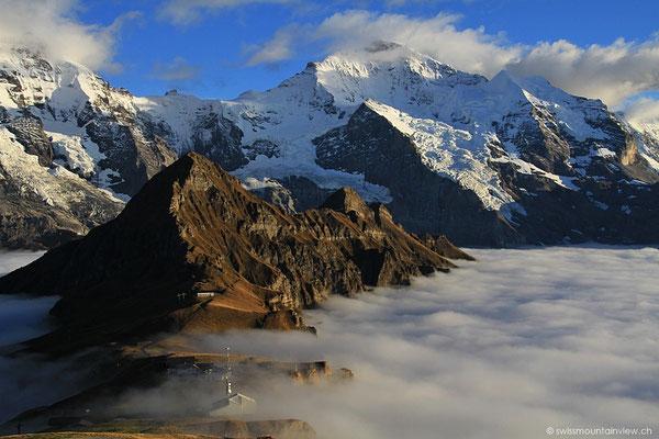 ..und zuerst ganz alleine hier auf dem Gipfel des Männlichen. Rundherum absolute Stille und das Nebelmeer.
