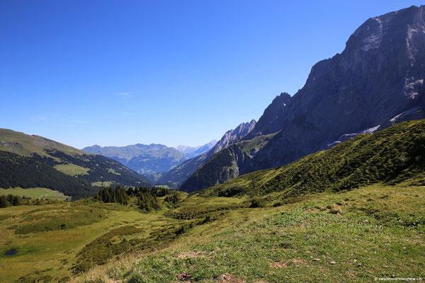 Kurz vor Mittag bringt mich das Postauto in rund 30 Minuten von Grindelwald hinauf auf die Grosse Scheidegg.