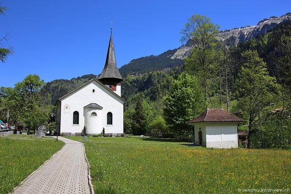 Die kleine Kirche - mitten im Dorf.