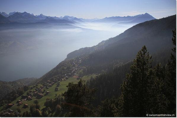 Blick Richtung Thunersee und Niesen. Der Nebel hat sich in einen Dunstschleier verwandelt.