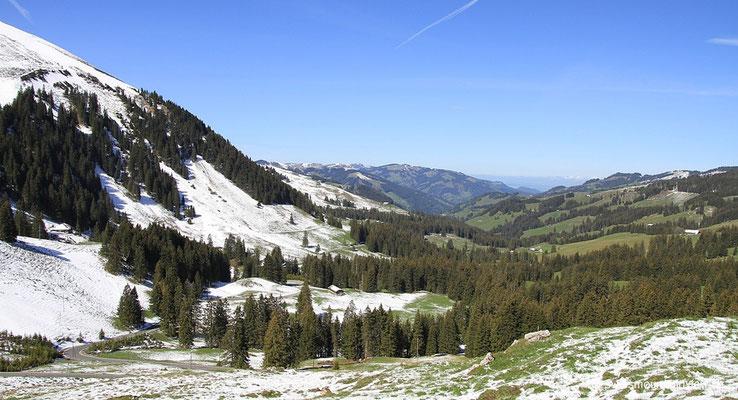 Links ist Winter - rechts der Frühling.