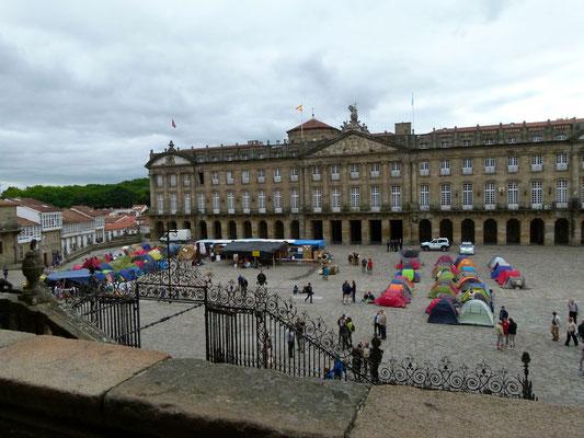 Zeltstadt junger Leute vor der Kathedrale in Santiago