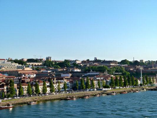 Blick zu den Portweinfirmen von Porto