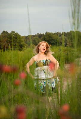 Fotoshooting in der Natur mit fröhlicher Kundin aus Nürnberg - Fotograf aus Erlangen