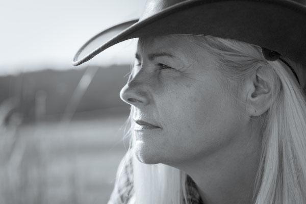 Kreatives Cowgirl Fotoshooting nicht im Studio aber in Erlangen zum Western-Shooting