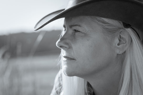 Kreatives Cowgirl Fotoshooting nicht im Studio aber in Erlangen zum Western-Shooting - Portraitfotos Erlangen