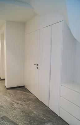 Einbauschrank mit Schubladenkorpus und Türfront