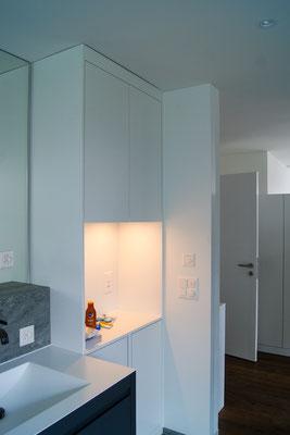 Badezimmerschrank mit Nische und Beleuchtung