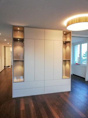 Wohnwand mit Nischen und LED-Beleuchtung