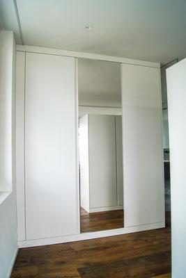 Kleiderschrankt RAL 9016 lackiert mit Spiegelfront