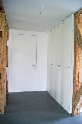 Türfront Ei 30, Einbauschrank an Türe laufend