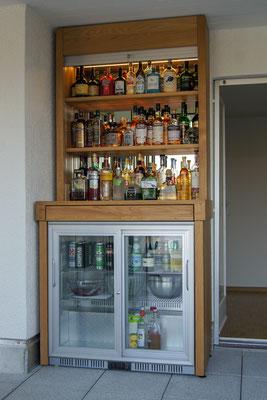 Bar in Eiche mit Rollladen Aluminium