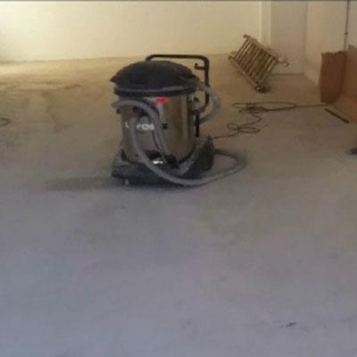 aspirar y limpiar suelo taller
