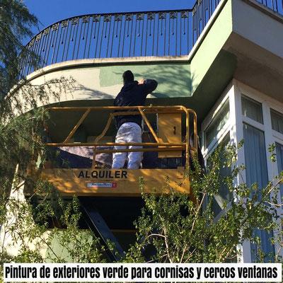pintura exterior verde para cornisas y cercos ventanas