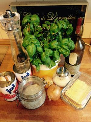 Das brauchst Du: Butter, Olivenöl, Zwiebeln, Knoblauch, Salz, Pfeffer, Zucker, Basilikum und Tomaten aus der Dose (ehrlich, wenn du nicht zufällig einen suuuper Tomaten-Dealer hast, ist das die Option, die am meisten schmeckt)