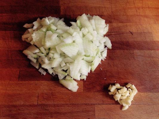 Erst Zwiebeln und Knofi schnibbeln (fein ist gut, aber später kommt eh der Pürierstab zum Einsatz)