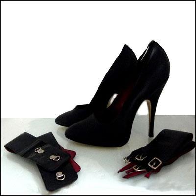 Schwarze Heels mit zwei austauschbaren Fesselriemchen