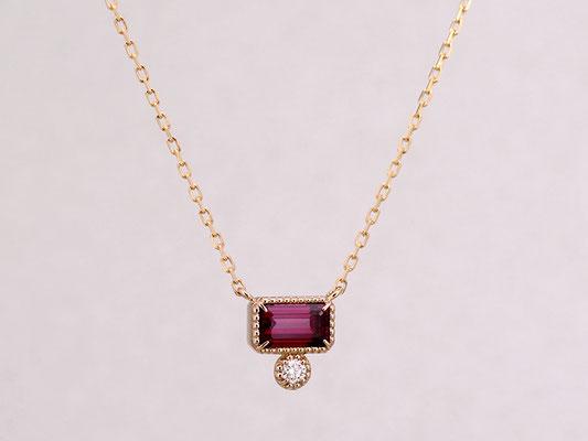 ロードライトガーネットとダイヤモンドをピンクゴールドのペンダントに仕立てました。